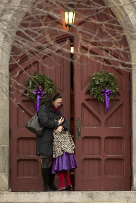 Junto al gran árbol de navidad del pueblo ubicado al lado de un puente e...