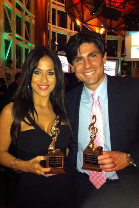 Junto a Jackie Guerrido al recibir un reconocimiento por su apoyo a la m...