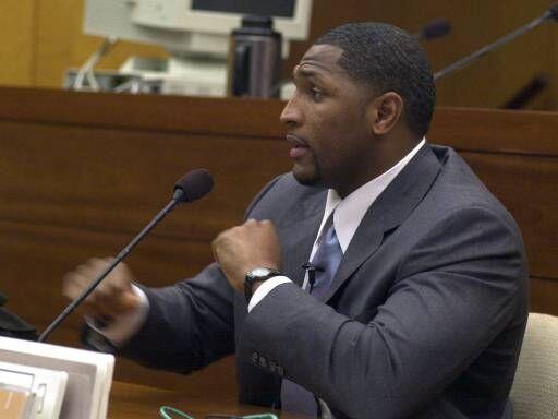 El dos veces ganador del 'Super Bowl', Ray Lewis, fue acusado en el a&nt...