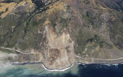 Imagen aérea del derrumbe que se registró en Big Sur, Cali...