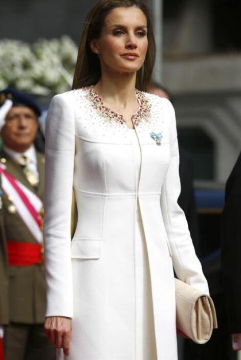 Letizia vestía un sencillo pero muy elegante traje blanco.