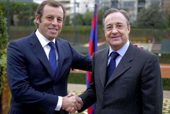 Previo al encuentro, los presidentes de ambos equipos, Sandro Rosell del...