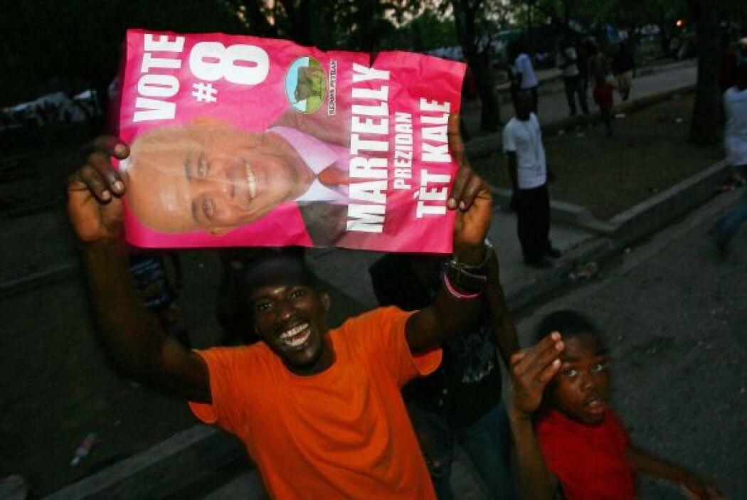 El popular cantante y ahora presidente tiene en sus manos un país en cri...