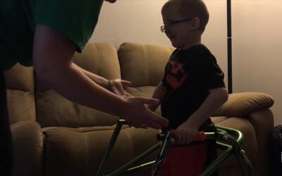 Un niño de ocho años desafía a todos y vuelve a caminar