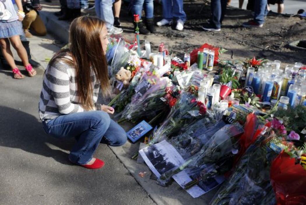 Llevaron fotos, veladoras, flores y muchos recuerdos más. Más videos de...
