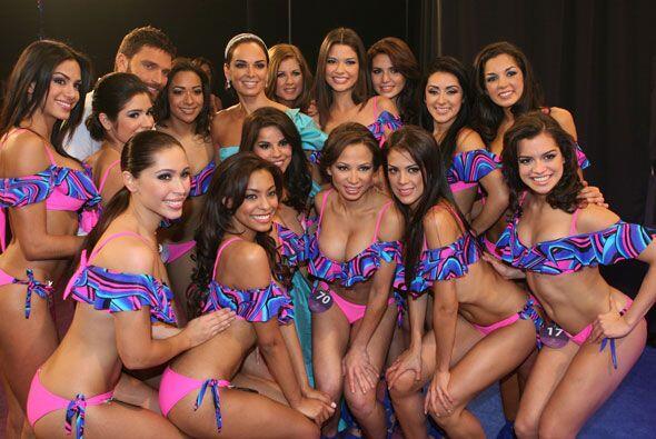 Lupita y Julián posaron al lado de algunas de las 20 finalistas de NBL.