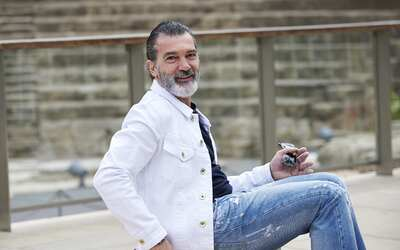 Antonio Banderas posa para la prensa antes de recibir el premio Biznaga...