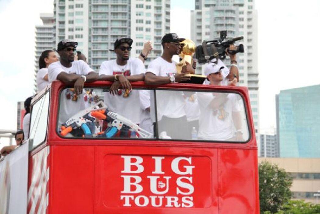 Las calles de Miami se vieron repletas de miles de fans que recibieron a...