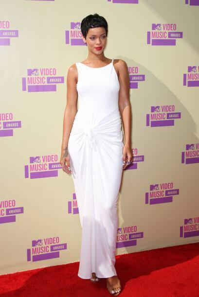 Rihanna llegó con el cabello súper corto a los premios, so...
