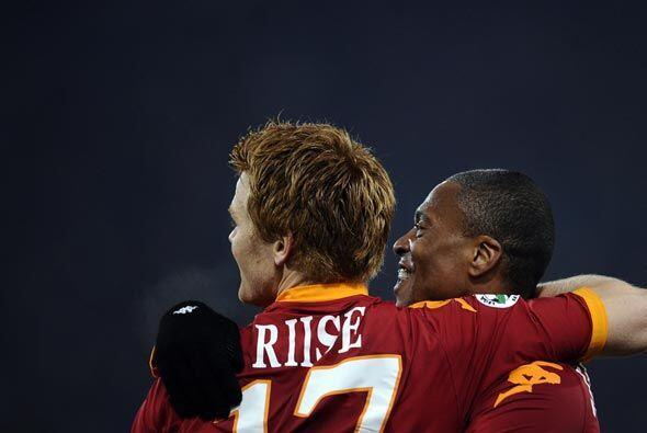 Riise y Julio Baptista hicieron los otros dos goles de la Roma, que gan&...