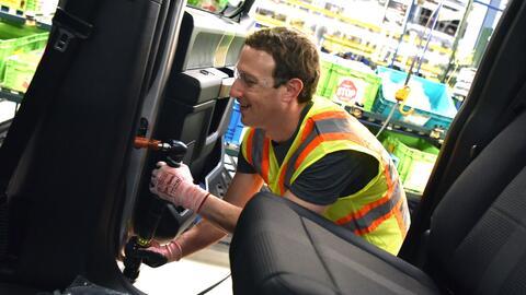 Mark Zuckerberg trabajando en la línea de montaje en la planta de...