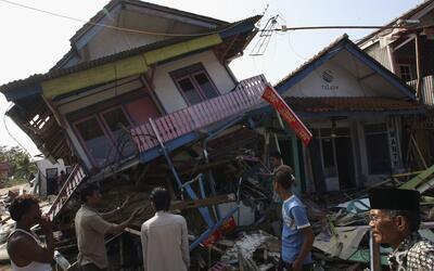 Un sismo deja casi 100 muertos y decenas de heridos en Indonesia