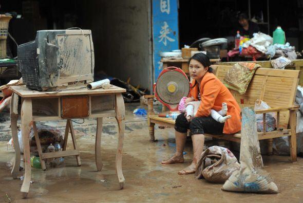 Además, las autoridades han entregado a los damnificados tiendas de camp...