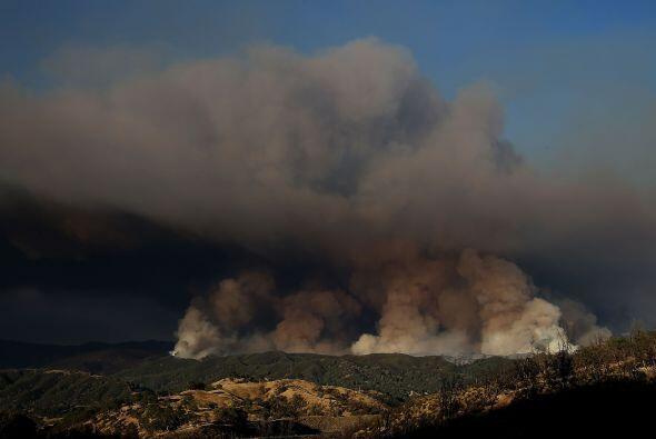Una hilera de humo se eleva al extinguir el fuego cerca de Clearlake, Ca...