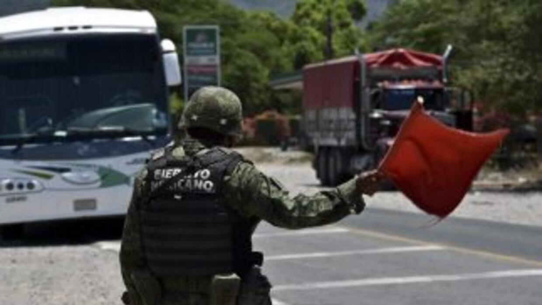 Soldados vigilan y patrullan las principales carreteras y caminos de Jal...
