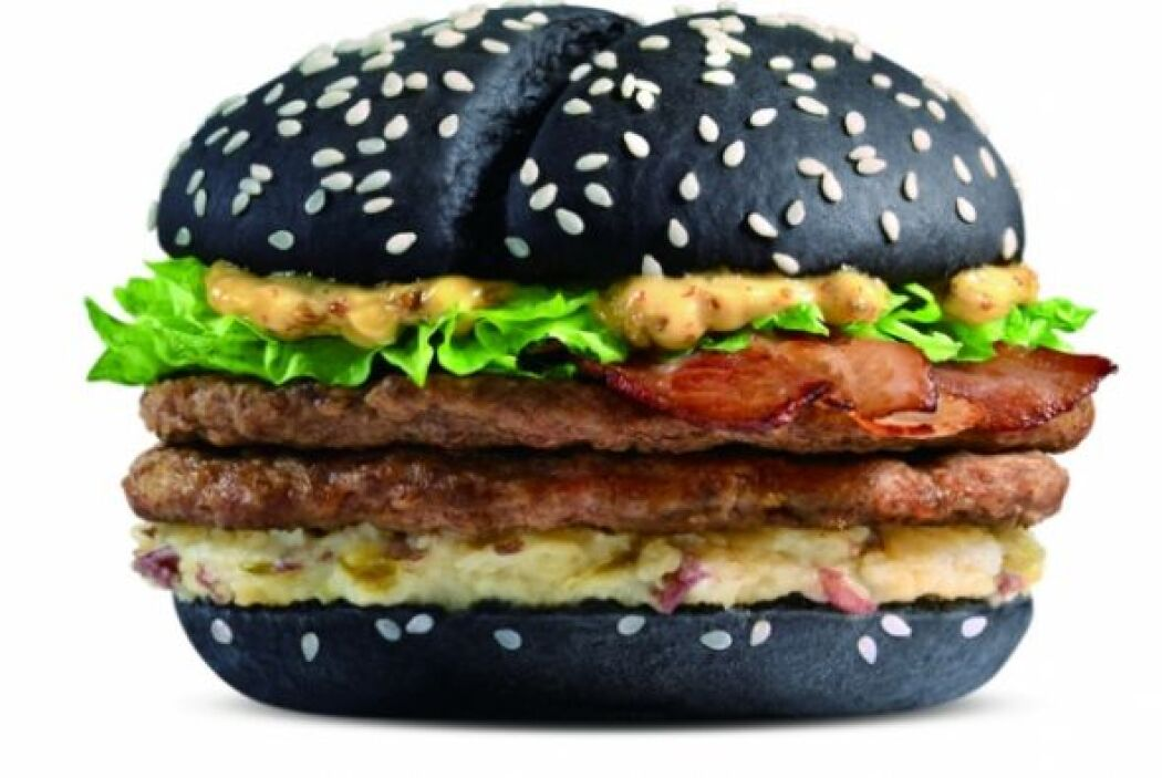 China, Taiwan & Hong Kong - McDonald's Black & White Burger. Foto tomada...