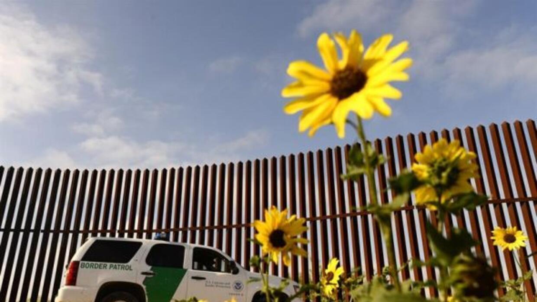 Un vehículo de la patrulla de la frontera de los Estados Unidos está sit...