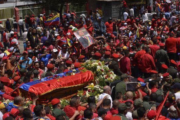 Miles acompañan a Chávez en su recorrido final, y miles lamentan su muer...