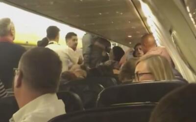 Pelea pleno vuelo de un avión de Ryanair obliga al piloto a desviar su ruta