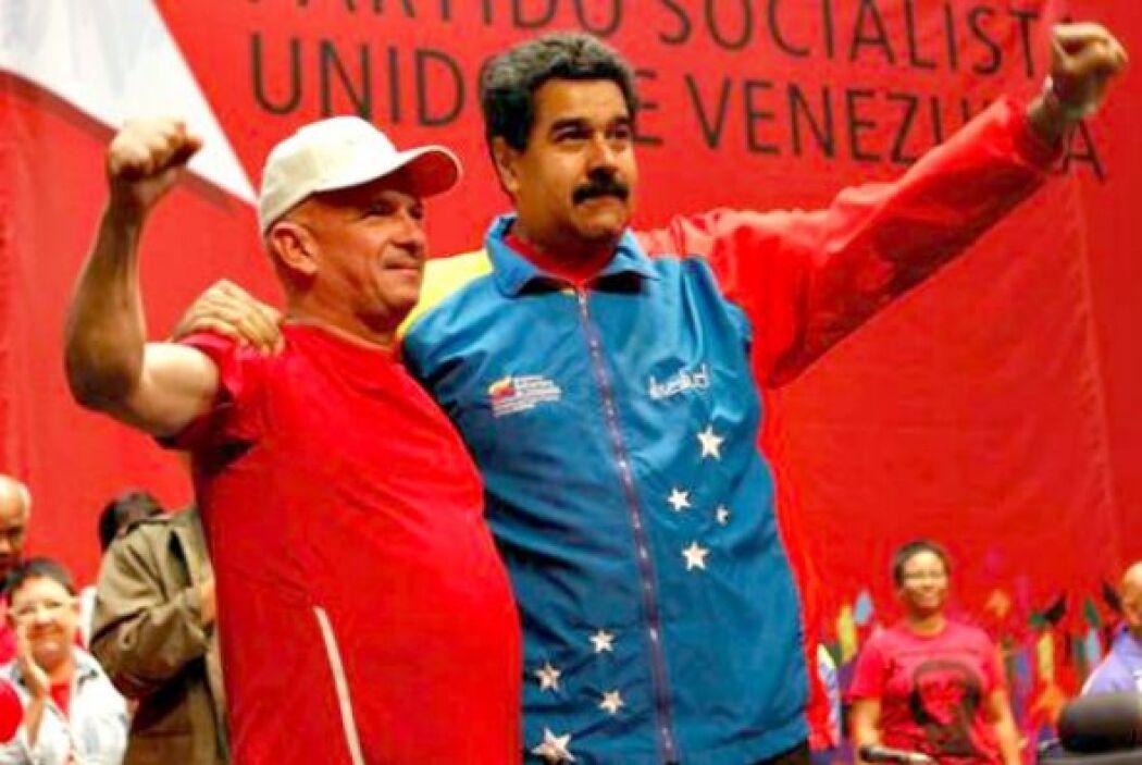 El presidente de Venezuela, Nicolás Maduro, con Hugo Carvajal que fue li...