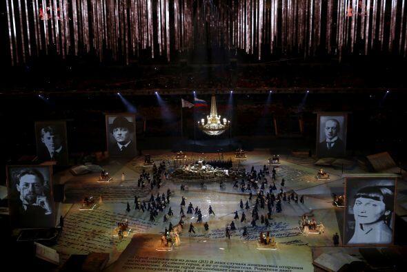 Retratos gigantes de clásicos de la literatura rusa como León Tolstoi, F...