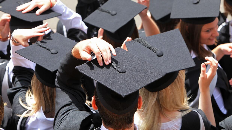 ¿Cómo se deben organizar los recién graduados de la universidad para pag...
