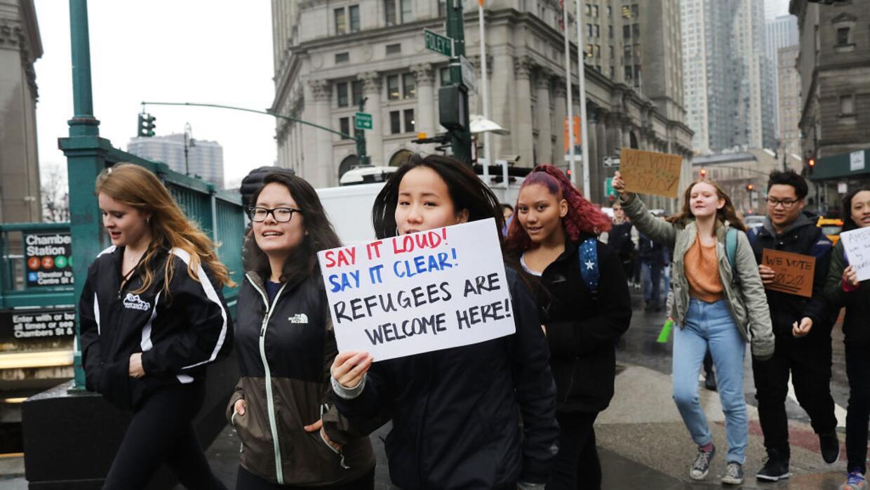 Cientos de estudiantes de secundaria de la ciudad de Nueva York se salen...