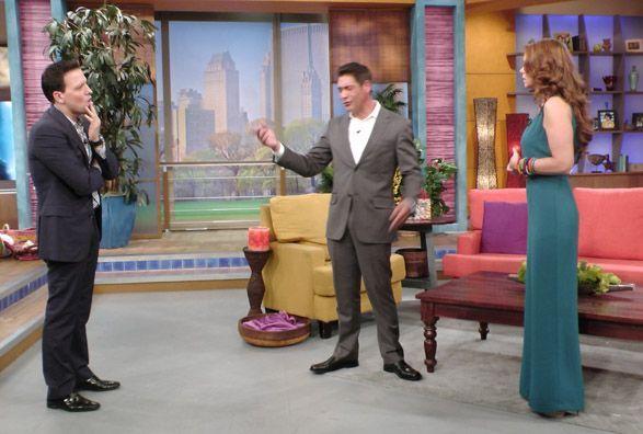Siguiendo el mismo guión que Johnny, Raúl salió listo para la escena.