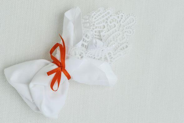 Y si de incluir al novio se trata, puedes bordarle su pañuelo con...