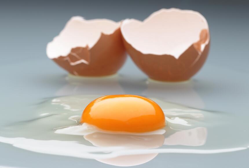 La yema de huevo es rica en vitamina B, un nutriente que permite que los...