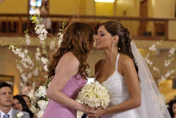 La novia entrega su ramo a su madre que la besa