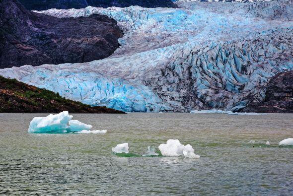 La cuevas de hielo de este sitio son producto de derretimiento del glaci...