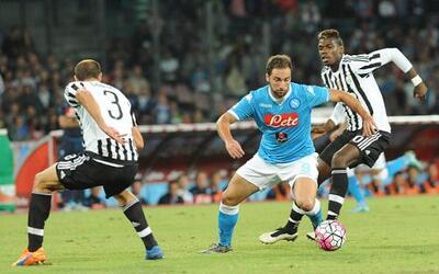 Higuaín pelea la pelota con Pogba, ¿su nuevo compañero en la Juventus?