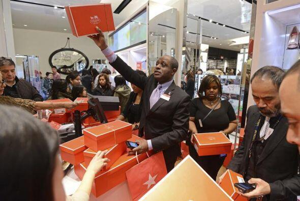 Un vendedor de Macy's es víctima de la locura por las compras, una decen...