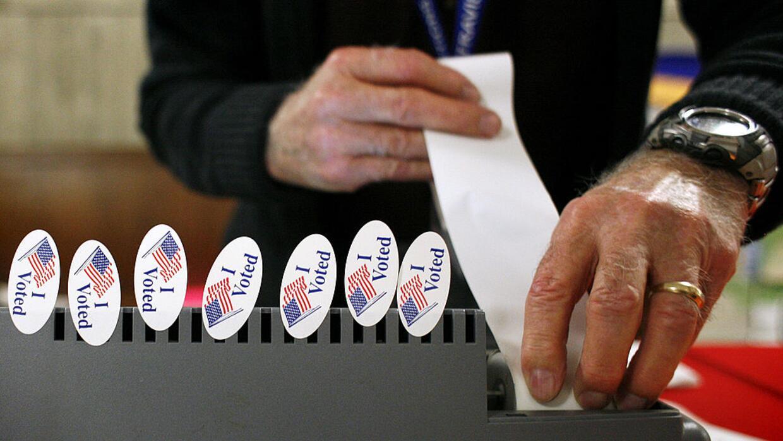 Un funcionario electoral prepara el dispositivo para registrar los votos...