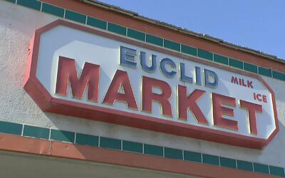 Investigan a dueños de una tienda en Santa Ana por presunto fraude con c...
