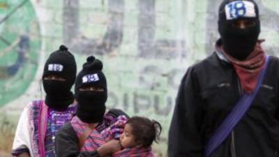 Los integrantes del EZLN se caracterizan por usar un pasamontañas que le...