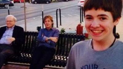 """Con el título """"relajándome con mis amigos"""", la imagen de este chico le h..."""