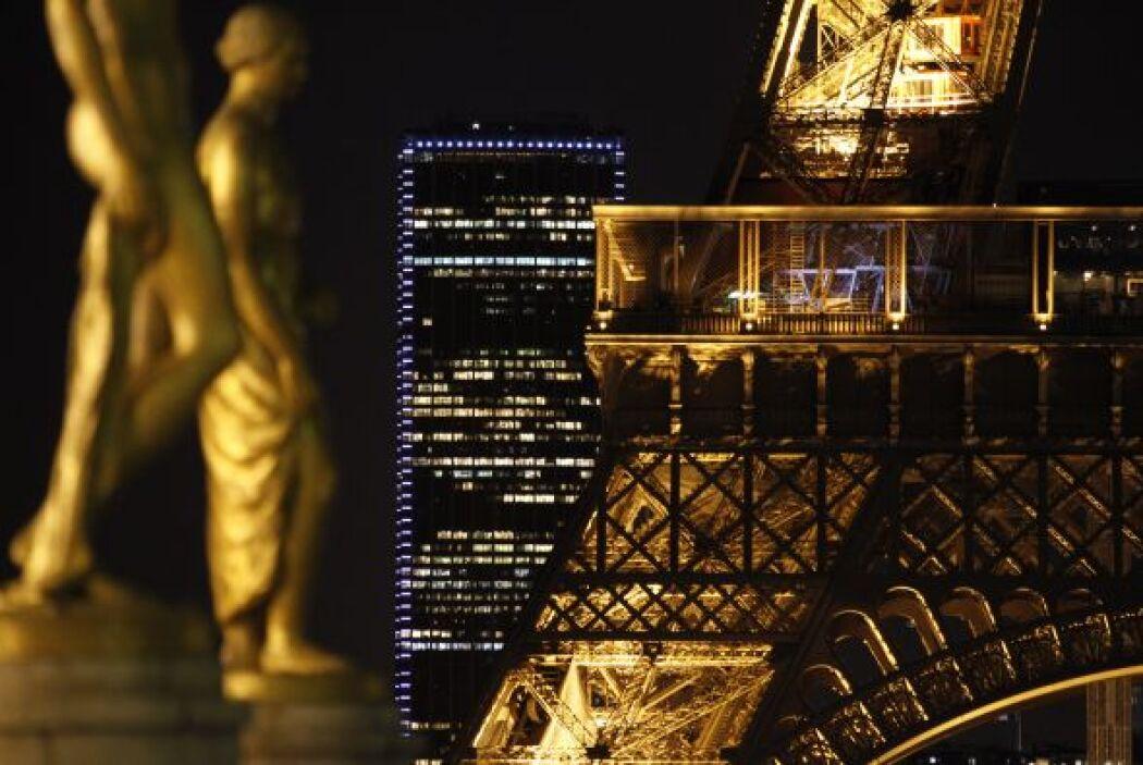 De pronto, la torre construida con siete mil 300 toneladas de acero tení...