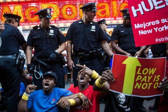 """Llevaban pancartas en donde se leía: """"McDonald's no escucha"""", """"En huelga..."""