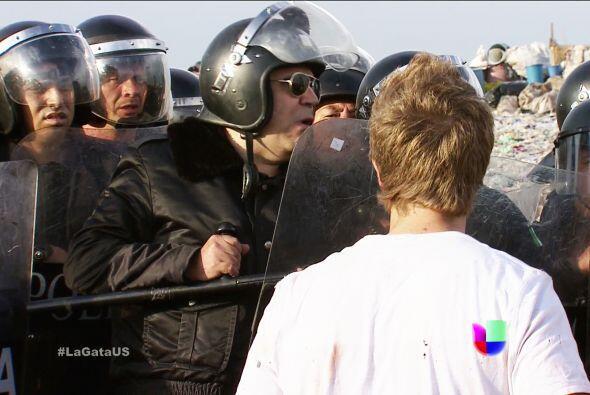 La policía ya está en los terrenos, tienes que salir Esmer...