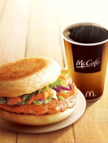 China - Grilled Chicken McMuffin & McCafe Coffee. Foto tomada de Twitter