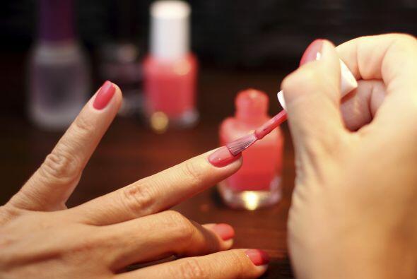 5.- No abuses del barniz y de la acetona: Las uñas necesitan resp...