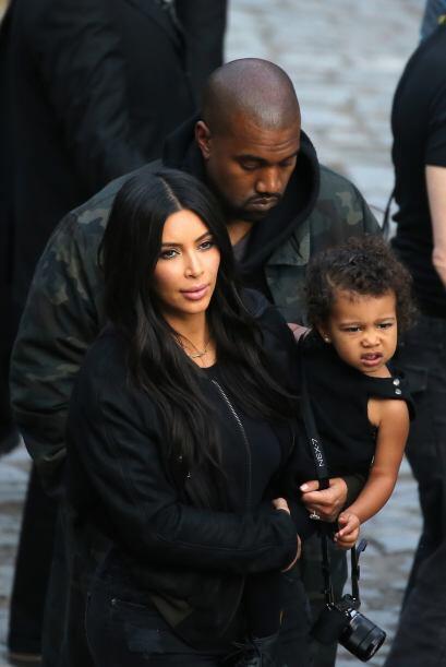 Kanye también fue, pero no se veía tan entusiasmado como ellas.