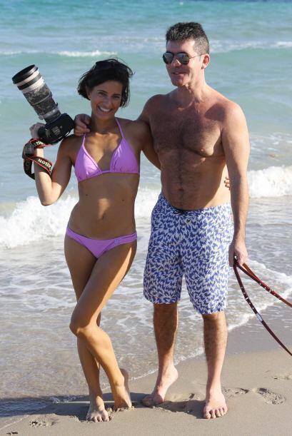 ¡Mientras Simon posaba con una sexy fotógrafa!  Mira aquí los videos más...