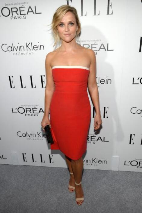 Reese Witherspoon llegó con uno de los vestidos más coloridos de la noche.