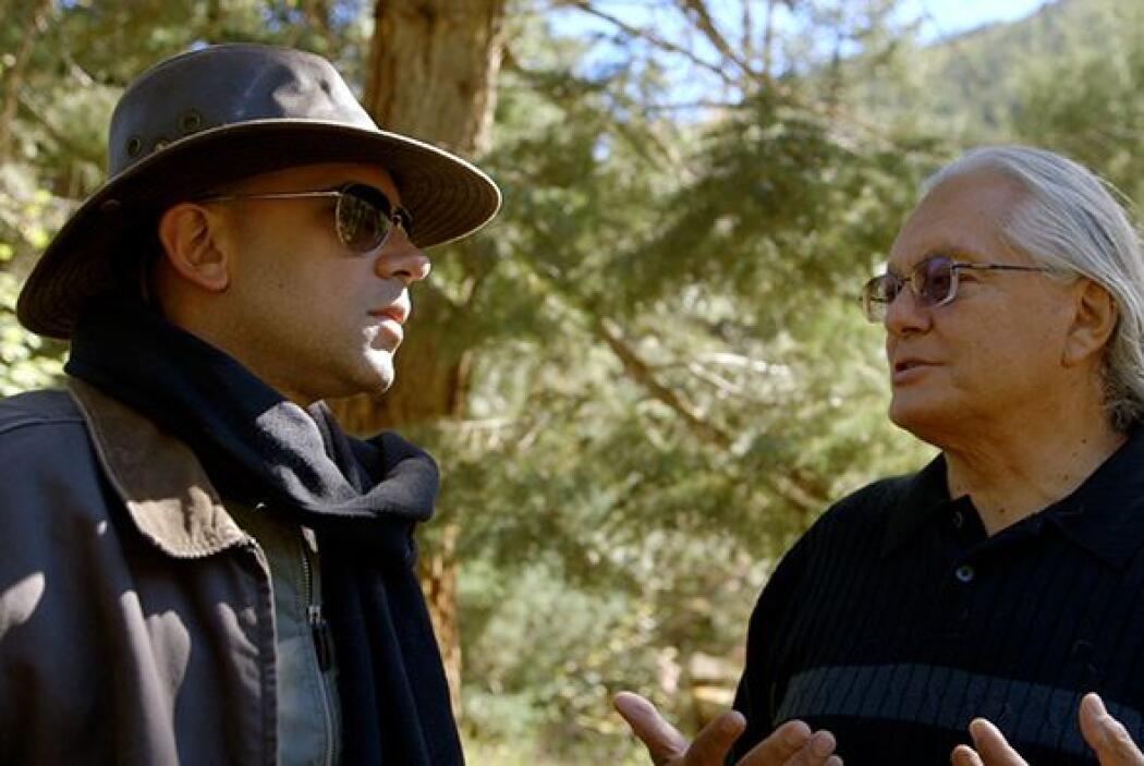 Una vez en el terreno, doctor Juan observó como Mooney le entregó el man...