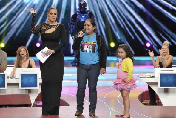 A la mamá de Fátima también le tocó interpretarnos una canción, ya sabem...