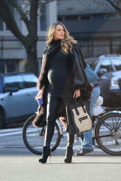 Capas, suéteres y botas fueron sus básicos de la recta final del embarazo.