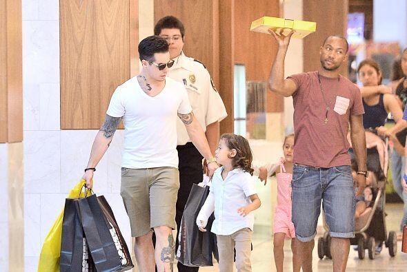 En otra ocasión, Casper los llevó de compras y a comer. Mira aquí los vi...